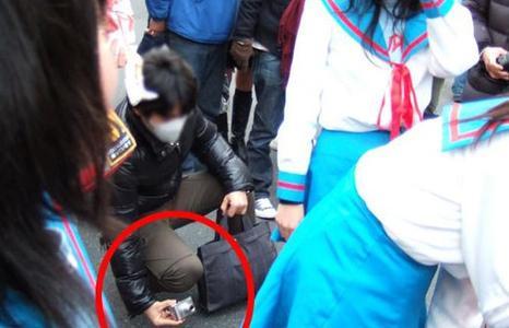 被偷窥���'_男子地铁偷拍女乘客被抓现行单膝跪地求饶